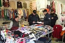 Celkem 15 policistů a inspektorů zkontrolovalo v úterý kvalitu prodeje asijských obchodníků v Jemnici.