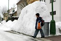 Města nejen na Vysočině jsou v těchto dnech pod sněhem. Obří bariéra v ulici Dr. Suzy v Třebíči.