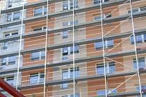 Revitalizace panelového domu v Hartmannově ulici, probíhající od loňského listopadu, uvízla na procesu zateplování. Lidem dochází trpělivost se stavební firmou.