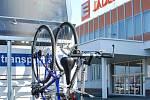Jaderná elektrárna Dukovany zavedla neobvyklý benefit. Své zaměstnance vozí do práce cyklobusem.