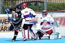 Hokejbalisté Slzy Okříšky (v tmavém) o víkendu ve druhé lize zdolali rezervu brněnských Buldoků 5:3.