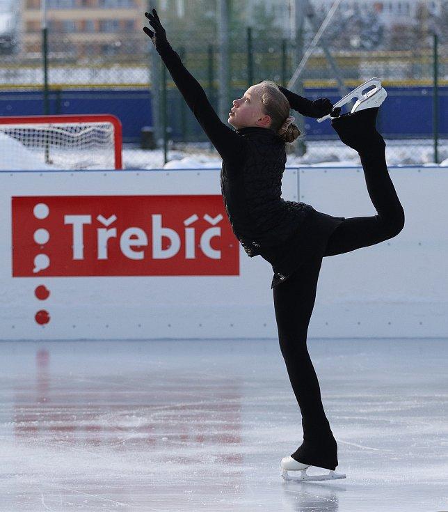 Kristýna Štanclová z Krasoklubu Náměšť nad Oslavou při tréninku na umělé ledové ploše v třebíčském sportovním areálu Na Hvězdě.