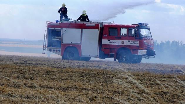 Pole se stohem vzplálo v úterý o půl druhé odpoledne poblíž Ratibořic. Požár, který způsobil škodu za 235 tisíc korun, likvidovalo hned pět jednotek profesionálních a dobrovolných hasičů.