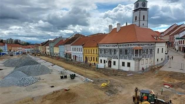 Na Karlově náměstí v Třebíči pokračuje rozsáhlá revitalizace. Práce by měly být hotové příští rok na podzim.
