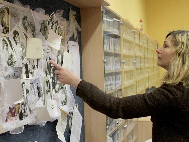 Vernisáží vlastní sbírky v pondělí v hudebním oddělení třebíčské městské knihovny zahájila Nikola Melicharová výstavu s názvem Svatba aneb jak šel čas.