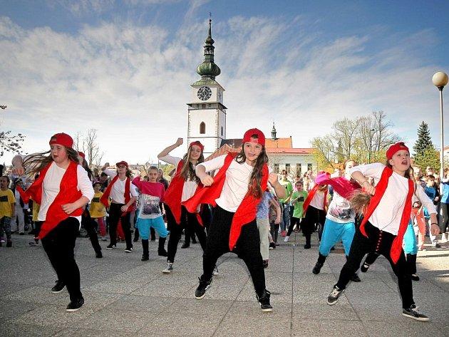 Před Pasáží se v šestnáct hodin sešlo více než sto tanečníků nejrůznějšího věku, kteří na jednom místě a ve stejném čase předvedli ukázky mnoha tanečních stylů.