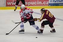 Třebíčští hokejisté (v bílém) jsou už zpět na ledě. Momentálně jen trénují. Na zápasy si musí počkat.