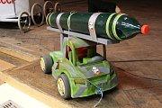 Obří modely raket vystavené v sokolovně v Náměšti nad Oslavou.