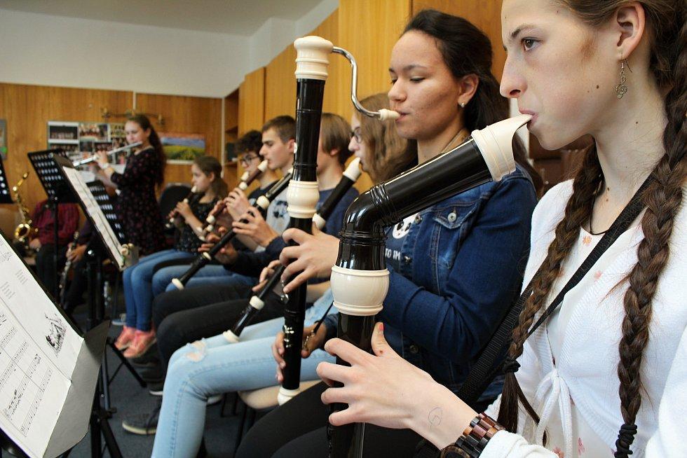 Učitelé a žáci třebíčské umělecké školy pozvali děti z mateřských škol a názorně jim předvedli všechny čtyři obory, které se v ZUŠ vyučují.