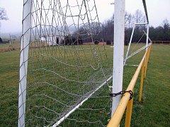 SVATOSLAV. Patrně nejlepším zajištěním konstrukce je přivázání pomocí řetězů. Po tragických událostech se takto rozhodli fotbalisté ve Svatoslavi.