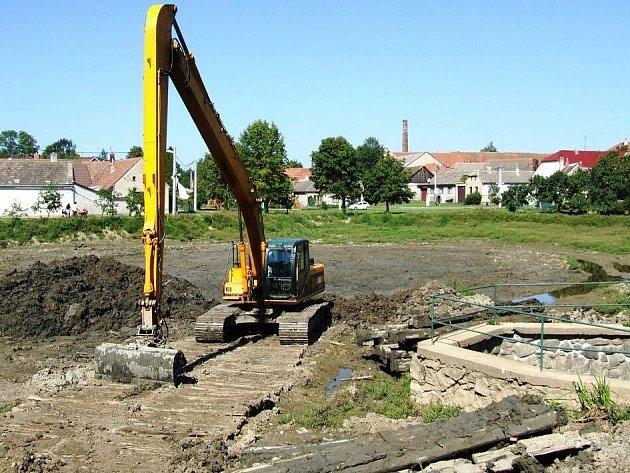 Podstatnou část letošního obecního rozpočtu Slaviček spolkne odbahnění obecního rybníka.