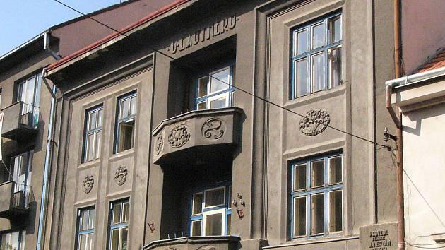 Dům U Lautnerů v Jihlavské bráně z roku 1923 s původní omítkou.