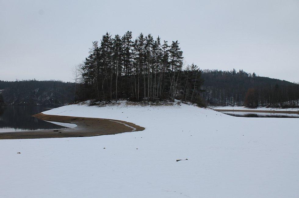 Na Lavičkách na Dalešické přehradě se uskutečnily velké terénní úpravy na černo. Majitelé pozemku u Dalešické přehrady dělají vše pro to, aby získali dodatečné stavební povolení a nemuseli celé místo uvádět do původního stavu.