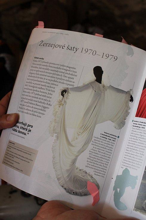 Hana Procházková otevře v Čechtíně 1. května muzeum svatebních šatů. Tento módní trend inspiroval i tvůrce střihů pro časopis Burda.