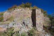 Zbytky hradeb Ketkovického hradu.