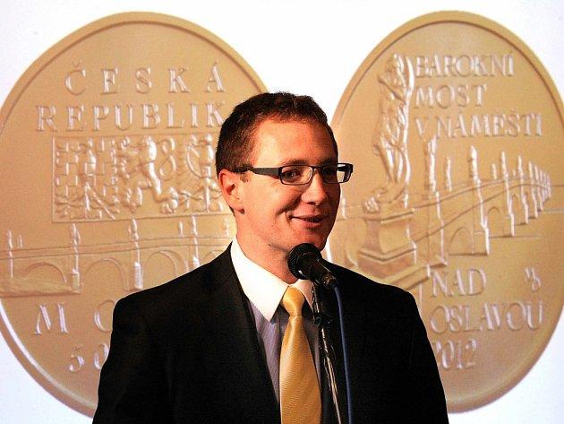 Zlatá pětitisícikoruna zobrazuje dva pohledy na náměšťský most. Na lícní straně doplňuje motiv mostu kompozice heraldických zvířat z velkého státního znaku, název cyklu a nápis Česká republika. Rubová strana nese vedle vyobrazení mostu i název zlaté mince