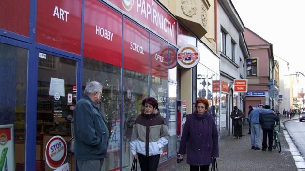 NARÁZ PŘECENĚNÍ NESTIHNOU. Proto například v papírnictví v Jihlavské bráně v Třebíči sáhli k tomu, že zákazníky už na vstupních dveřích upozornili na možné rozdíly ceny u zboží v regále proti ceně na účtence.
