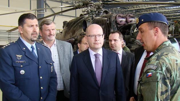 Při návštěvě Bohuslava Sobotky (uprostřed) na 22. vrtulníkové základně ho doprovázel velitel letiště Petr Čepelka (vlevo).
