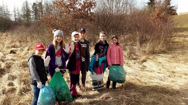 Šestice dívek se rozhodla pomoci přírodě a svému bezprostřednímu okolí sběrem odpadků. Svůj projekt žákyně školy nazvaly Chráníme svět.