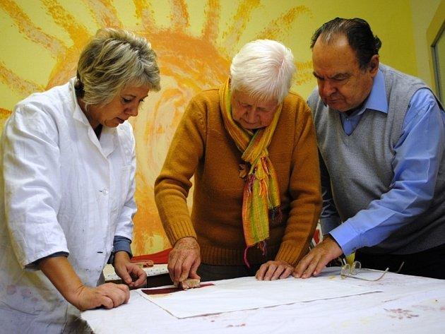 Eva Vráblová spolu s dalšími lidmi z Třebíče vytváří originální ubrusy.