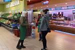 Potravinová sbírka v moravskobudějovickém supermarketu.