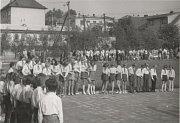 Slavnost. Slavnostní otevření nové školy se uskutečnilo první školní den roku 1975.