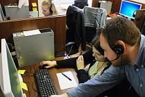 Viktor Bílý, vedoucí jedné ze skupin call centra v Kolíně, zaškoluje novou pracovnici call centra. V Třebíči bude takových žen pracovat šest desítek.