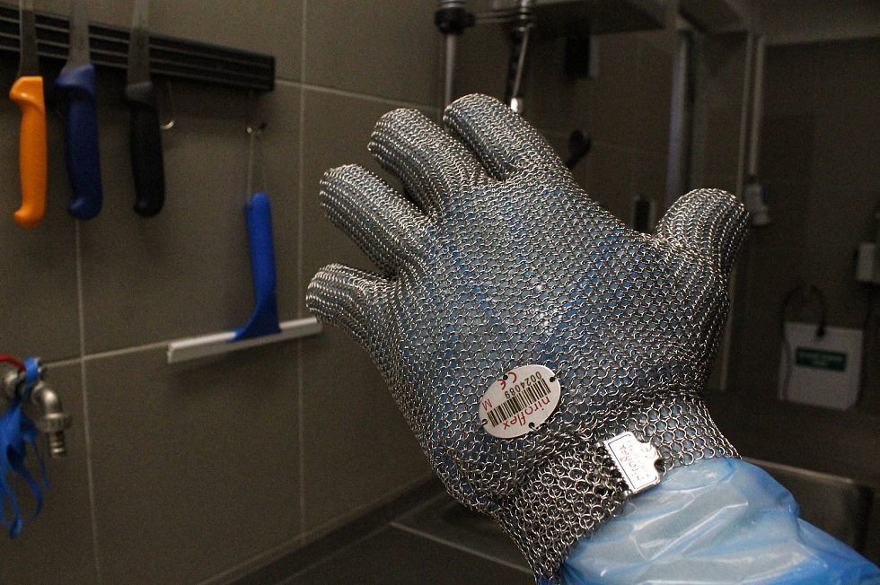 Sumečky africké se jako první na Vysočině rozhodli chovat ve velkém v ZD Hrotovice. Na snímku je rukavice, kterou se ryba přidržuje, aby neklouzala při usmrcování.