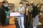 152 kusů krajkových srdcí předaly zástupkyně žďárské příspěvkové organizace Activ v nemocnici v Novém Městě na Moravě.