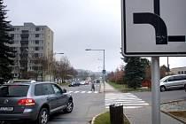 4.TŘEBÍČ DOMKY, KŘIŽOVATKA ULICE VLTAVÍNSKÉ A DRUŽSTEVNÍ. Jasně dominantní ulice Vltavínská se stává vedlejší v místě křížení s ulicí Družstevní. Míří tudy veškerá doprava k poliklinice.