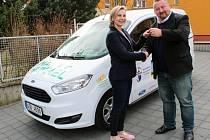 Denní centrum Barevný svět v Třebíči dostalo darem nový automobil. Zaplatily ho místní firmy v rámci projektu Sociální automobil.