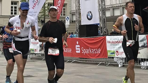 Ondřej Zmeškal na trase závodu Ironman (první zleva).