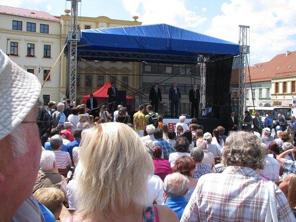 Miloš Zeman debatuje na Karlově náměstí sobčany Třebíče.