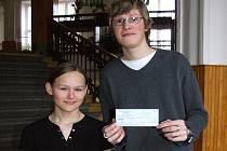 Michaela Dobrovolná a Petr Skřivánek uspěli na mezinárodní výstavě. Petr ukazuje šek, který za výhru obdržel.