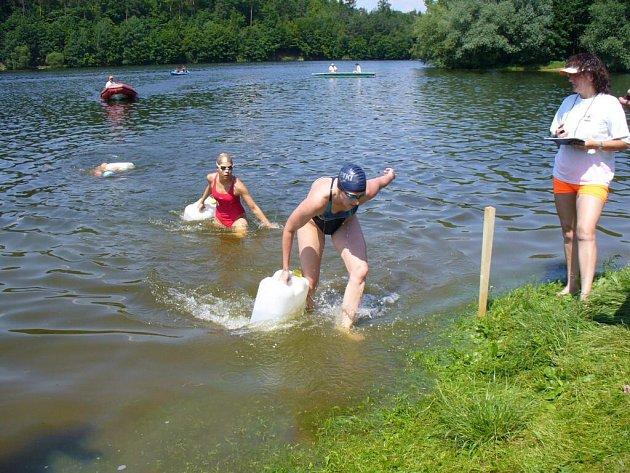 ZÁCHRANA. Sobotní klání vodních záchranářů mělo několik disciplín. Plastový kanystr plný vody supluje tonoucího.
