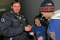 Trenér hokejové reprezentace ČR Alois Hadamczik rozdává autogramy