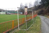 VLADISLAV. V zabezpečení přenosných branek zůstává hříšníkem Vladislav. Těžká brána je pouze opřená o zábradlí.  Fotbalisté už ale na schůzi rozhodli o nápravě.