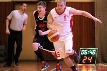 Basketbalisté TJ Třebíč (v bílém Michal Čermák) porazili ve 13. kole oblastního přeboru Teslu Brno a šlo teprve o druhou výhru v sezoně. Hned nato celek z Vysočiny opět na domácí palubovce porazil také kyjovskou Jiskru.