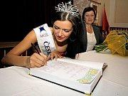 Miss Jitka Válková se na chvíli vrátila do rodné Náramče.