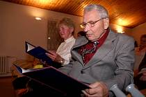 Dvě významné osobnosti Náměště nad Oslavou obdržely Cenu města pro tento rok. Marie Hájkové za rozvoj hudby a Miroslav Svoboda za rozvoj turistiky.