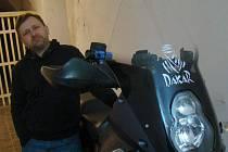 Farář Tomáš Holcner se svojí motorkou.