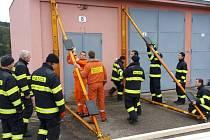 Hasiči z jaderných elektráren prodělávají speciální výcvik. Učí se při něm zajišťovat poškozené budovy a výkopy, případně vyprošťovat zavalené lidi. Hodit se jim to může nejen při zemětřeseních.