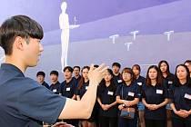 Korejští dobrovolníci pomohli vytvořit velkou nástěnnou malbu na dvoře kavárny Pohodička.