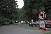 Uzavřený je asi dvousetmetrový úsek od křižovatky s ulicí Na Potoce (kvůli opravě opěrné zdi) i následný úsek až po Janův mlýn (kvůli opravě silnice).