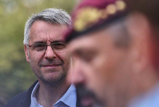 Ministr obrany Lubomír Metnar (vlevo) navštívil 6. září 2018 na letecké základně v Náměšti nad Oslavou na Třebíčsku mezinárodní vojenské cvičení Ample Strike 2018.
