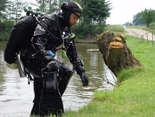 Policejní potápěč v úterý mezi devátou a dvanáctou hodinou dopoledne prohledával dno rybníka v Koněšíně. Nic podezřelého ale nenašel.