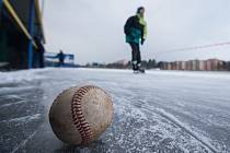 Bruslení na oválu kolem třebíčského baseballového stadionu.