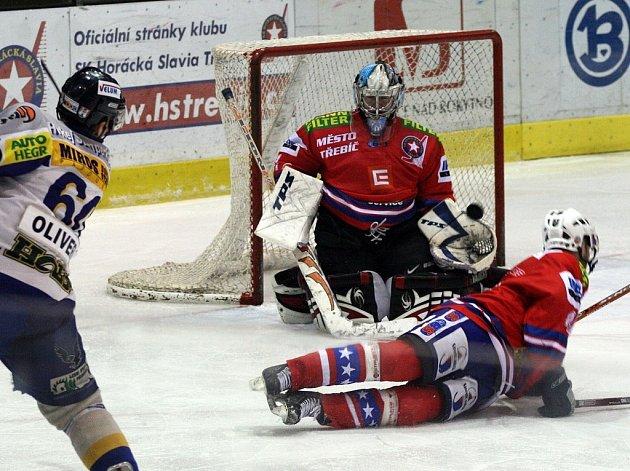 Forvard Šumperku Michal Oliverius se snaží překonat gólmana Třebíče Filipa Luňáka.