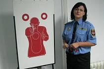 Mluvčí třebíčské městské policie Lucie Molčanová ukazuje návštěvníkům terč laserové střelnice. V místnosti nacvičují strážníci kromě práce se zbraní také chvaty.