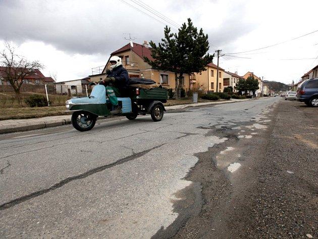 ULICE BUDÍKOVICKÁ V TŘEBÍČI. Rozbitá silnice dostane nový povrch. Město se bude podílet na opravě chodníků a přeložce elektřiny. Práce proběhnou podle předpokladu v červnu a v červenci.